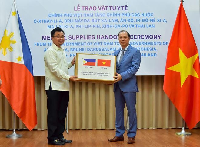 Việt Nam hỗ trợ trang thiết bị y tế cho 8 nước đang bị dịch Covid-19 - Ảnh 5.