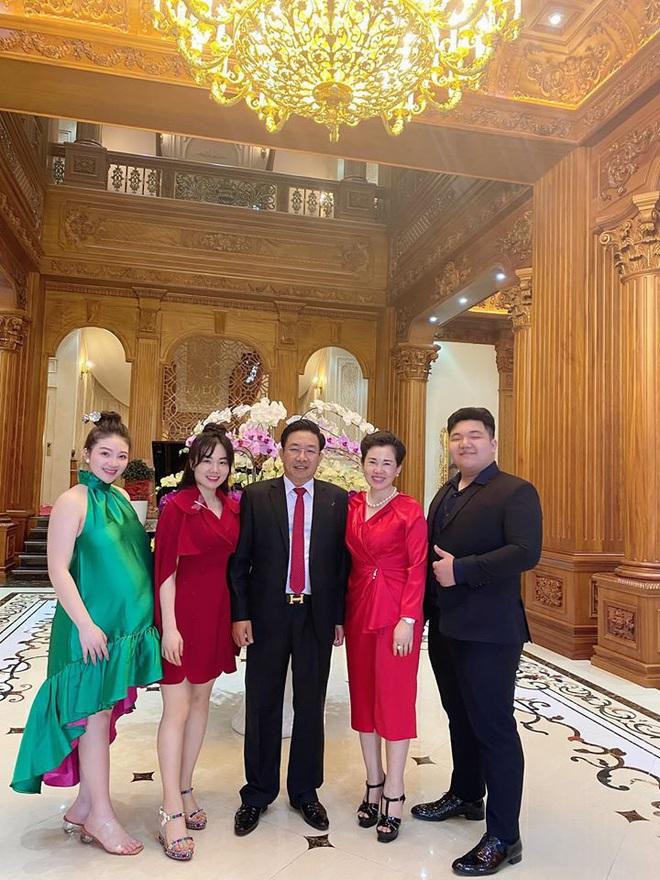 Cô dâu 200 cây vàng ở Nam Định thon gọn ngoạn mục so với lúc bầu, khoe nhan sắc lộng lẫy trong bữa tiệc của con gái đầu lòng - Ảnh 8.