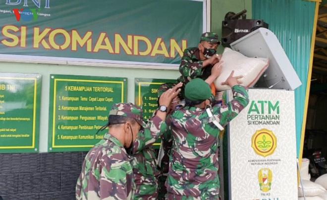"""Cận cảnh các """"ATM gạo của người chỉ huy"""" hỗ trợ Covid-19 ở Indonesia - Ảnh 1."""