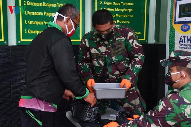 """Cận cảnh các """"ATM gạo của người chỉ huy"""" hỗ trợ Covid-19 ở Indonesia - Ảnh 2."""