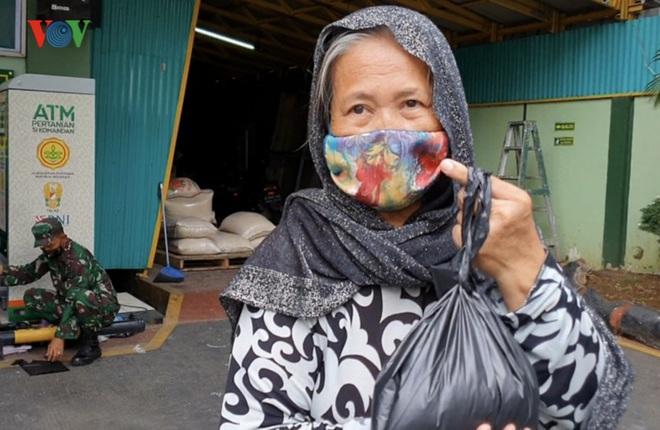 """Cận cảnh các """"ATM gạo của người chỉ huy"""" hỗ trợ Covid-19 ở Indonesia - Ảnh 5."""