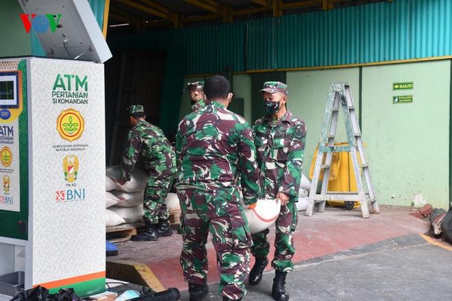 """Cận cảnh các """"ATM gạo của người chỉ huy"""" hỗ trợ Covid-19 ở Indonesia - Ảnh 6."""