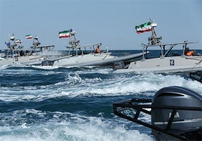 NÓNG: Hải quân Iran nổ súng dữ dội, đã có thương vong - TT Trump lệnh khai hỏa, QĐ Mỹ ra chỉ đạo đầu tiên - Ảnh 11.