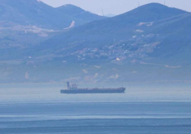 NÓNG:  5 tàu dầu Iran xông thẳng vào đội hình chiến hạm hùng hậu của Hải quân Mỹ - 72h căng thẳng bắt đầu, Nga lên tiếng khẩn - Ảnh 10.