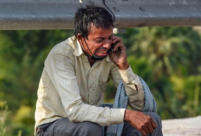 Câu chuyện đằng sau bức ảnh người cha khắc khổ bật khóc bên đường khi hay tin con ốm mà không có tiền về nhà gây chấn động thế giới - Ảnh 1.