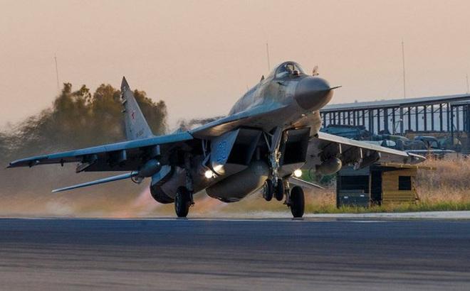 """Su-35 hộ tống MiG-29, Su-24 dồn dập hạ cánh xuống Libya: """"Gấu Nga"""" lâm trận?"""