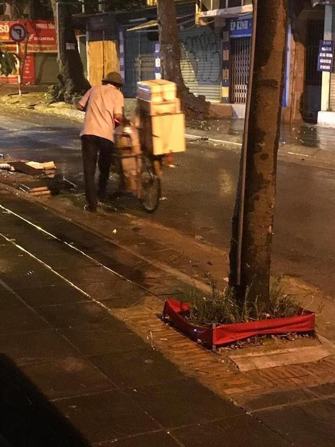 Bất ngờ dừng xe, người đàn ông bán bánh bao có hành động  ấm lòng giữa đêm Hà Nội mưa gió - Ảnh 2.