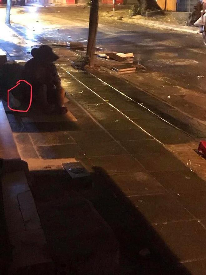 Bất ngờ dừng xe, người đàn ông bán bánh bao có hành động  ấm lòng giữa đêm Hà Nội mưa gió - Ảnh 1.