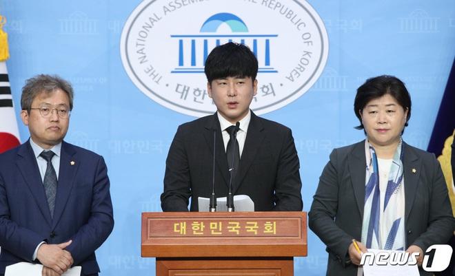 Anh trai Goo Hara mở họp báo nóng: Bật khóc vì luật bảo vệ em gái bị bác bỏ, mẹ ruột phụ bạc có thể được hưởng 50% tài sản - Ảnh 1.