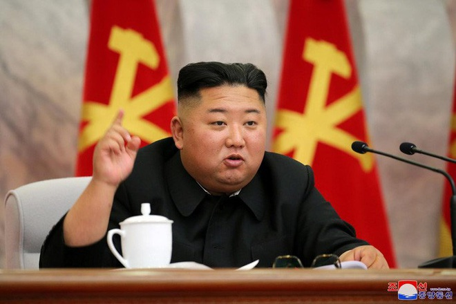 Vắng bóng hơn 20 ngày, ông Kim Jong-un tái xuất ký 7 sắc lệnh quân sự - Ảnh 2.