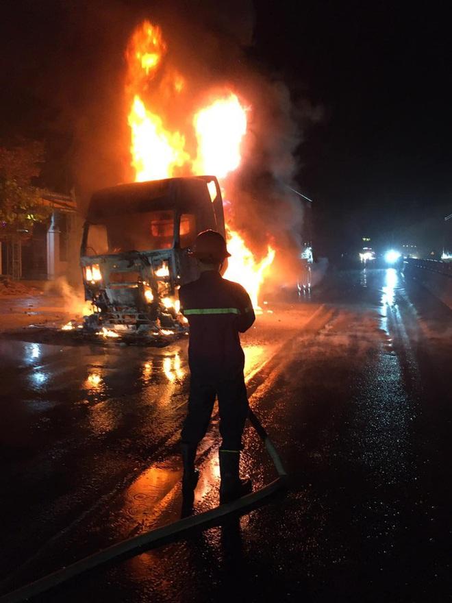 Đang lưu thông, chiếc xe đầu kéo bất ngờ bốc cháy dữ dội - Ảnh 1.