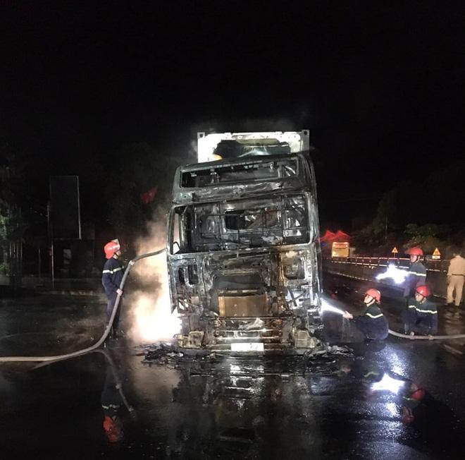 Đang lưu thông, chiếc xe đầu kéo bất ngờ bốc cháy dữ dội - Ảnh 2.