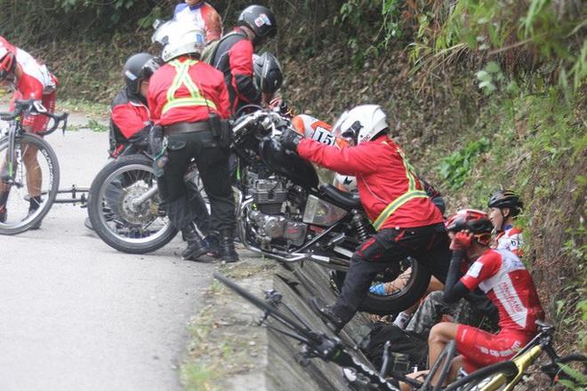 Nhà báo Dư Hải, Lê Nguyệt Minh và nhiều tay đua bị tai nạn giữa đèo - Ảnh 1.