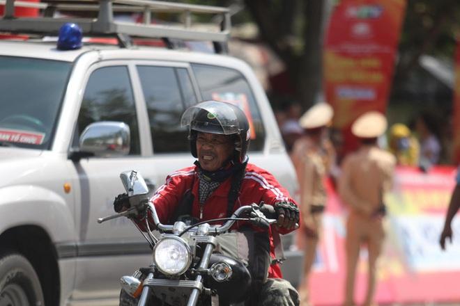 Nhà báo Dư Hải, Lê Nguyệt Minh và nhiều tay đua bị tai nạn giữa đèo - Ảnh 4.