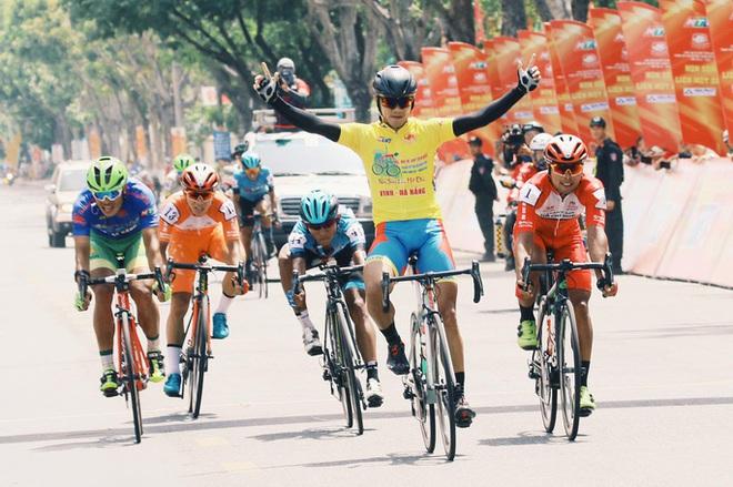 Nhà báo Dư Hải, Lê Nguyệt Minh và nhiều tay đua bị tai nạn giữa đèo - Ảnh 6.