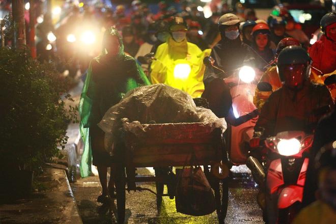 Sài Gòn mưa lớn chiều đầu tuần, người lớn trẻ nhỏ chật vật trên đường vì kẹt xe - Ảnh 10.