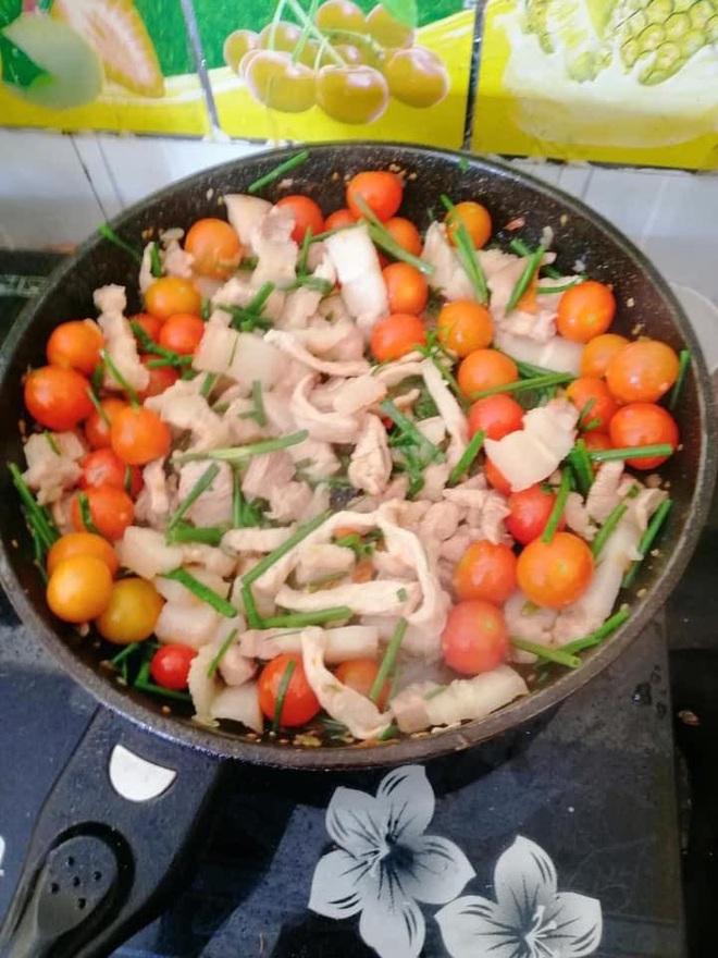 Cận cảnh món thịt sốt cà chua lạ lùng, thành quả đẹp mắt nhưng cách chế biến khiến người ta muốn bỏ đũa - Ảnh 2.