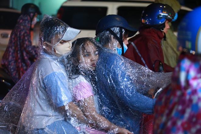 Sài Gòn mưa lớn chiều đầu tuần, người lớn trẻ nhỏ chật vật trên đường vì kẹt xe - Ảnh 4.