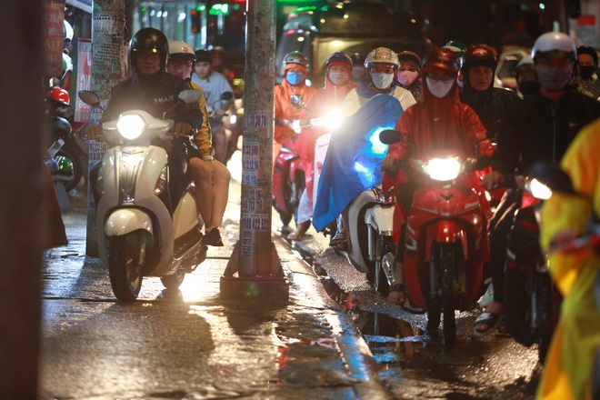 Sài Gòn mưa lớn chiều đầu tuần, người lớn trẻ nhỏ chật vật trên đường vì kẹt xe - Ảnh 7.