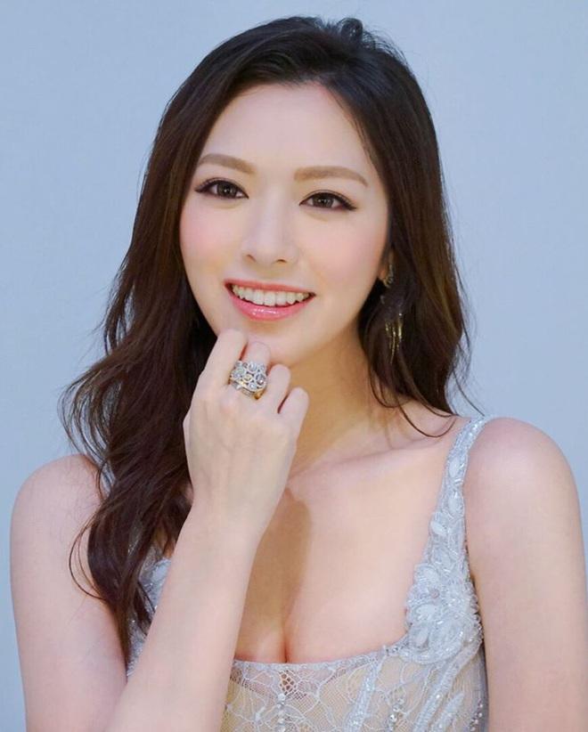 Hoa hậu Hong Kong hẹn hò thiếu gia sòng bạc Macau: Gia thế khủng và gợi cảm cỡ nào? - Ảnh 7.