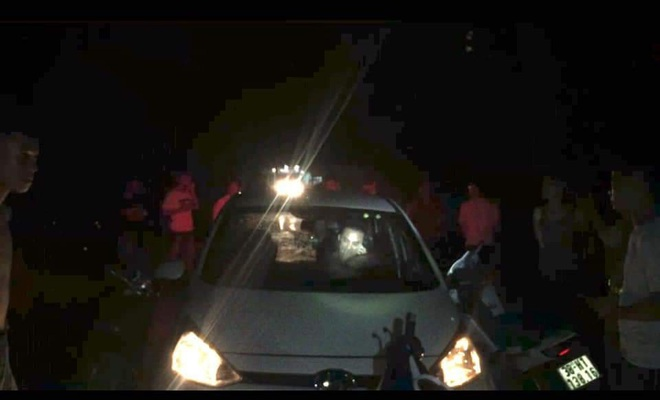 Hàng chục người đuổi theo chặn chiếc xe con đâm CSGT rồi bỏ chạy - Ảnh 1.