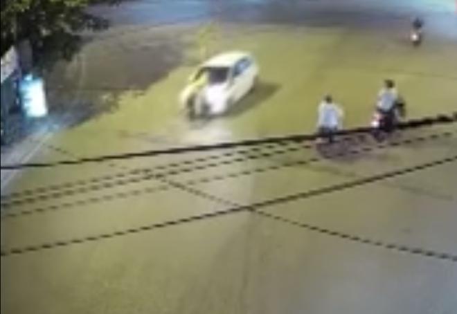 [Clip] Truy đuổi tài xế xe con hất văng CSGT lên nắp capo rồi bỏ chạy nhiều km - Ảnh 2.