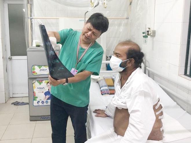 Không tiền, mắc bệnh khi đang đại dịch, bệnh nhân nước ngoài cảm ơn sự chăm sóc y tế tuyệt vời ở Việt Nam - Ảnh 1.