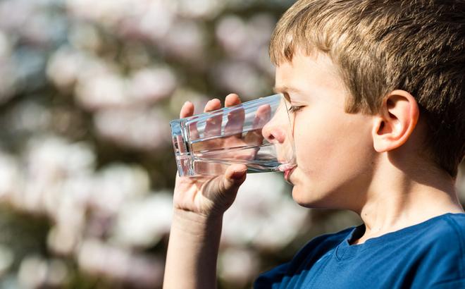 Uống nước đá mùa nắng nóng gây hại cho sức khỏe như thế nào? - Ảnh 7.