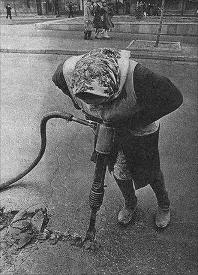 Cụ bà làm đường, gấu đạp xe chở con người: Những hình ảnh huyền thoại chỉ có ở Liên Xô - Ảnh 5.