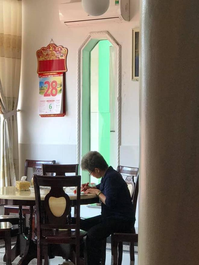 Thấy mẹ cắm cúi dưới bếp, con gái xuống nhìn thì giật mình với những dòng chữ viết trên giấy - Ảnh 1.
