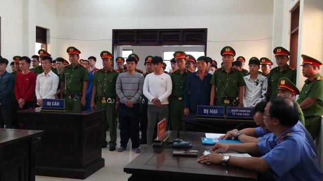 Người nhà đại ca giang hồ Tân móp la hét sau khi tòa tuyên án, hàng trăm cảnh sát phải can thiệp - Ảnh 1.