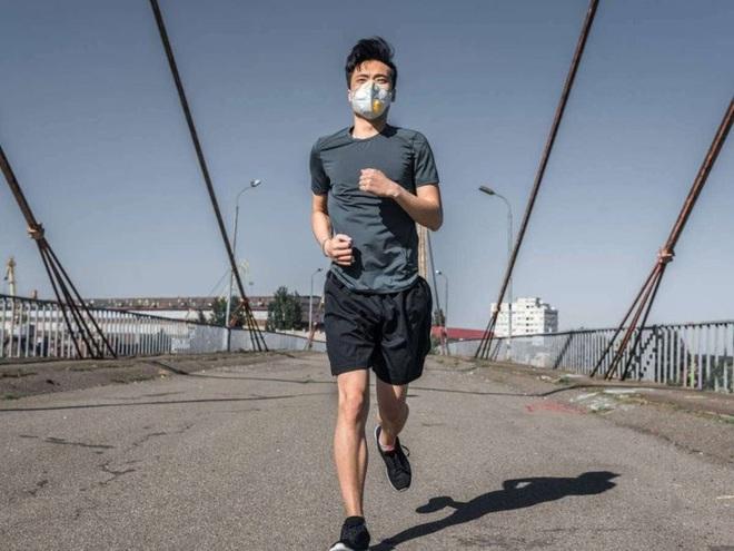 Nguy cơ sức khỏe khi vừa chạy bộ vừa đeo khẩu trang - Ảnh 1.