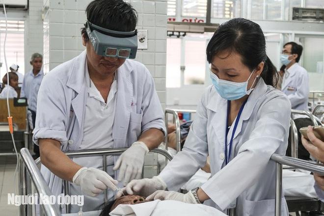 TP HCM: Tạt axit kinh hoàng ở quận 3, 3 người phỏng nặng - Ảnh 1.