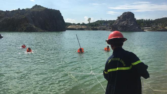 Hàng trăm người theo dõi tìm kiếm nam sinh lớp 10 tử vong ở hồ nước của mỏ đá - Ảnh 2.