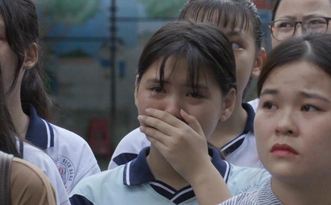 Dòng người nối dài khóc nghẹn tiễn đưa bé trai xấu số trong vụ cây phượng đổ đè học sinh