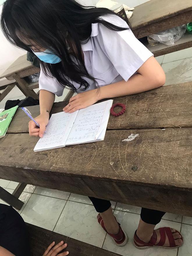 Bức ảnh nữ sinh say sưa làm bài tập nhưng ai nhìn vào cũng đau tim, nguyên nhân vì điều dị thường ngay dưới chân - Ảnh 1.