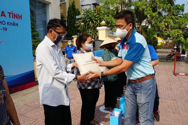 """""""Ngân hàng gạo nghĩa tình"""" của VietinBank đến với người nghèo TP.HCM - Ảnh 1."""