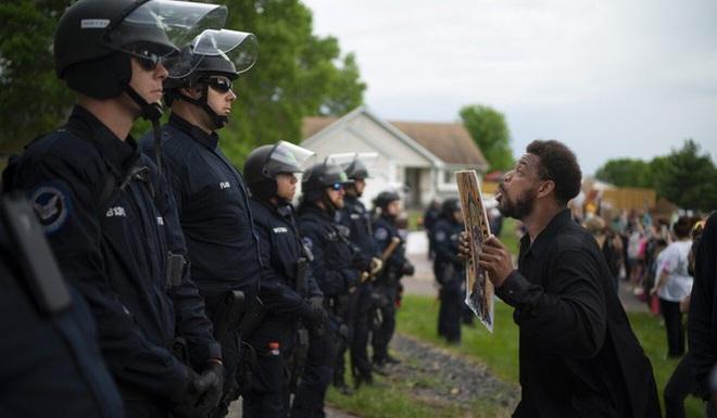 Tiết lộ bất ngờ về viên cảnh sát đè cổ khống chế khiến người da màu tử vong - Ảnh 1.