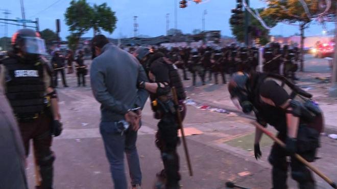 Video phóng viên da màu của CNN bị cảnh sát Mỹ bắt khi đang đưa tin trực tiếp biểu tình - ảnh 1