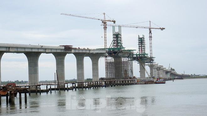 Khám phá cầu đường bộ dài nhất miền Trung nối Nghệ An và Hà Tĩnh - Ảnh 1.