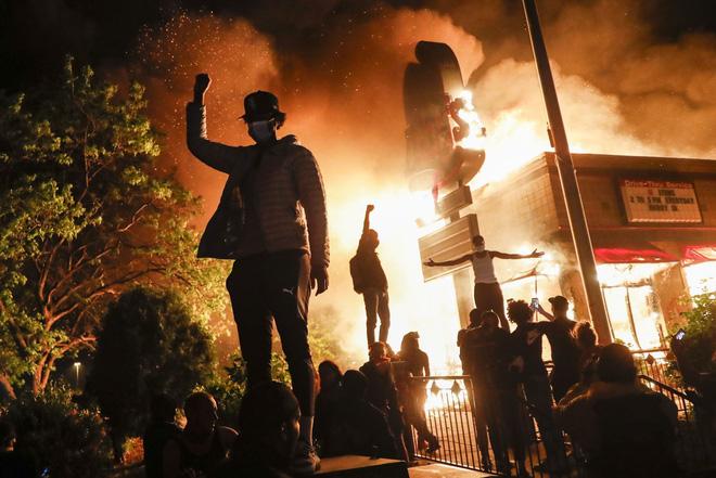Video phóng viên da màu của CNN bị cảnh sát Mỹ bắt khi đang đưa tin trực tiếp biểu tình - ảnh 5