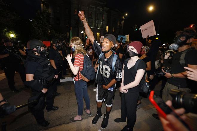 Video phóng viên da màu của CNN bị cảnh sát Mỹ bắt khi đang đưa tin trực tiếp biểu tình - ảnh 6