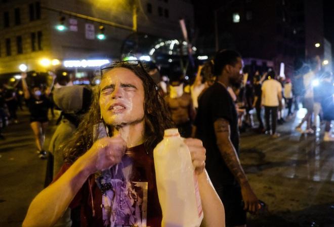 Video phóng viên da màu của CNN bị cảnh sát Mỹ bắt khi đang đưa tin trực tiếp biểu tình - ảnh 7