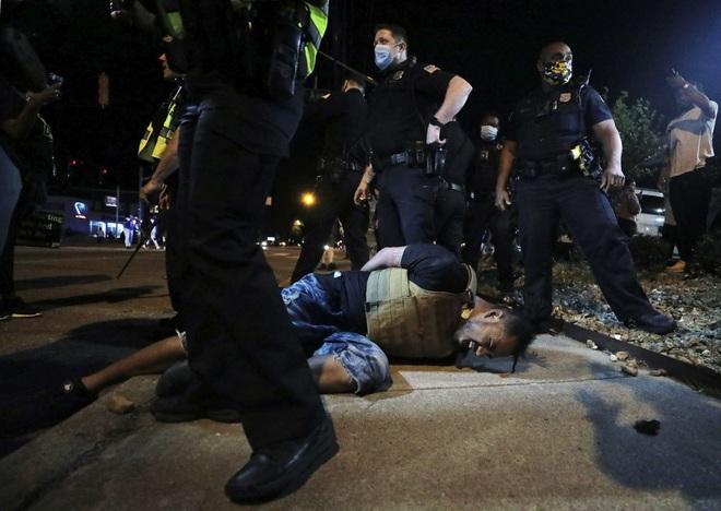 Video phóng viên da màu của CNN bị cảnh sát Mỹ bắt khi đang đưa tin trực tiếp biểu tình - ảnh 8