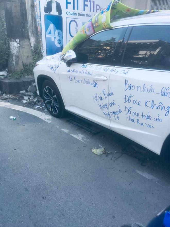 Thân xe Lexus bị viết kín, những dòng chữ trên đó khiến người đi đường ngán ngẩm  - Ảnh 2.