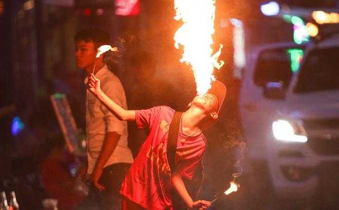 Những đứa trẻ không Tết thiếu nhi, trắng đêm 'phun lửa' mưu sinh ở phố Tây Bùi Viện