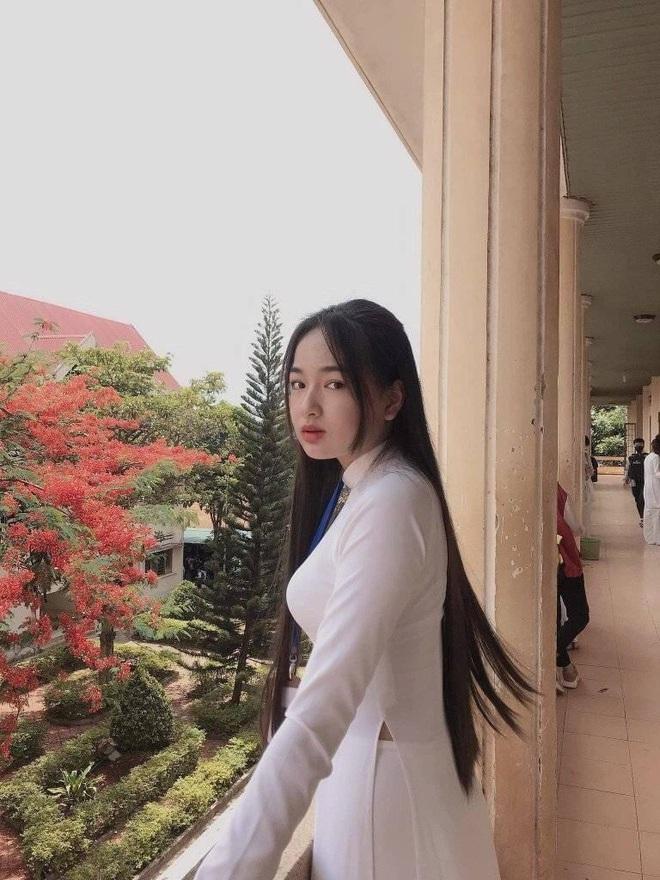 Danh tính nữ sinh Đắk Nông gây sốt khi diện áo dài trắng tới trường - Ảnh 1.