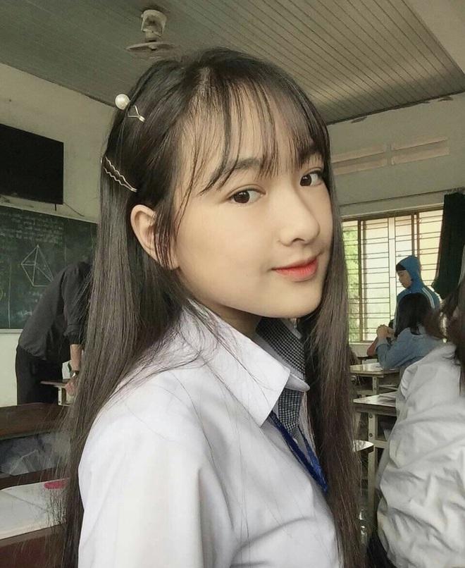 Danh tính nữ sinh Đắk Nông gây sốt khi diện áo dài trắng tới trường - Ảnh 2.