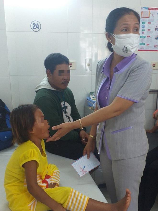 Diễn biến sức khỏe bé gái 6 tuổi bị cha đánh, giẫm đạp dã man - Ảnh 1.