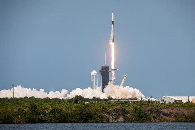 SpaceX đưa phi hành gia vào vũ trụ, Mỹ sắp thoát cảnh quá giang Nga? - Ảnh 1.